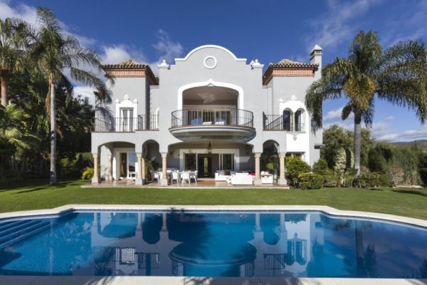 5 Bedroom, 5 Bathroom Villa For Sale in El Herrojo, Benahavis