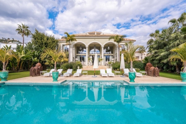 6 Bedroom, 5.5 Bathroom Villa For Sale in La Quinta